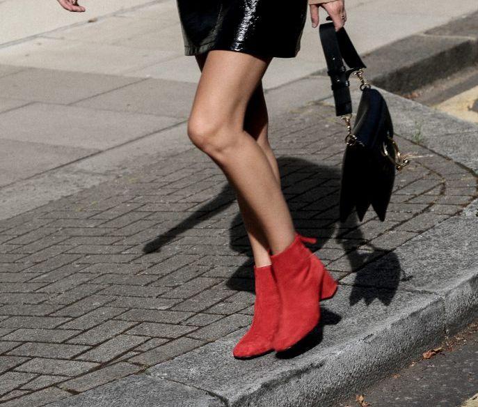 На фото: главный тренд этого сезона - бархатные сапоги.