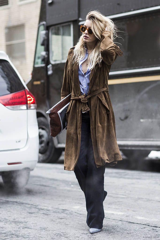 На фото: коричневое замшевое пальто: новое красивое сочетание с черными прямыми брюками и светлыми туфлями.