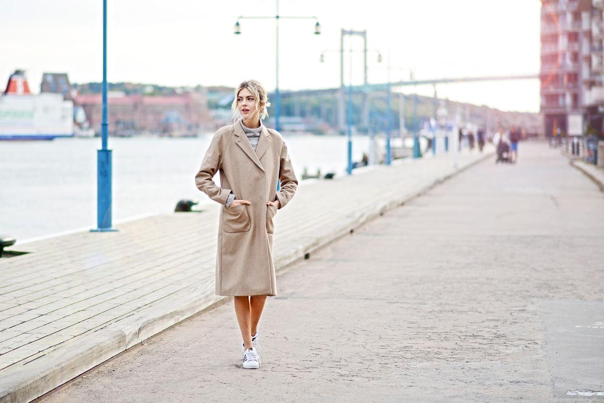 На фото: новый крутой лук на каждый день - бежевое пальто с белыми туфлями.