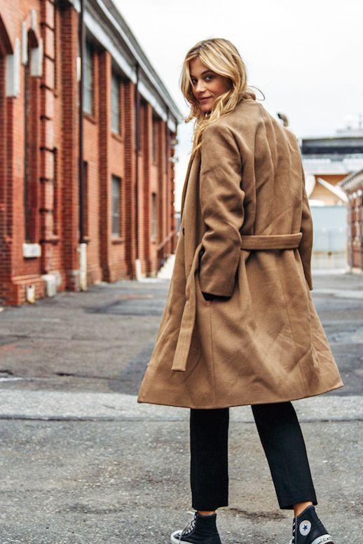 На фото: новый крутой лук на каждый день светло коричневый плащ с черными брюками.