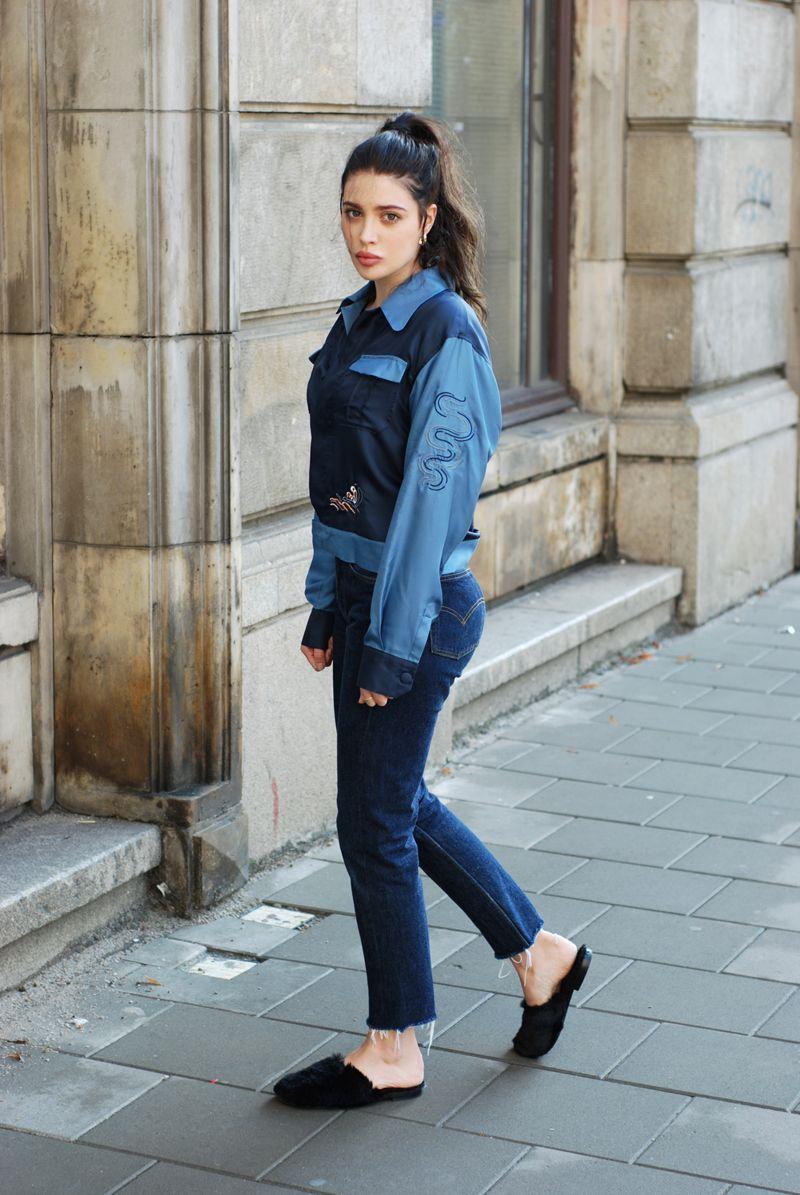 На фото: новый крутой лук на каждый день - сине голубая куртка с неподшитыми джинсами.