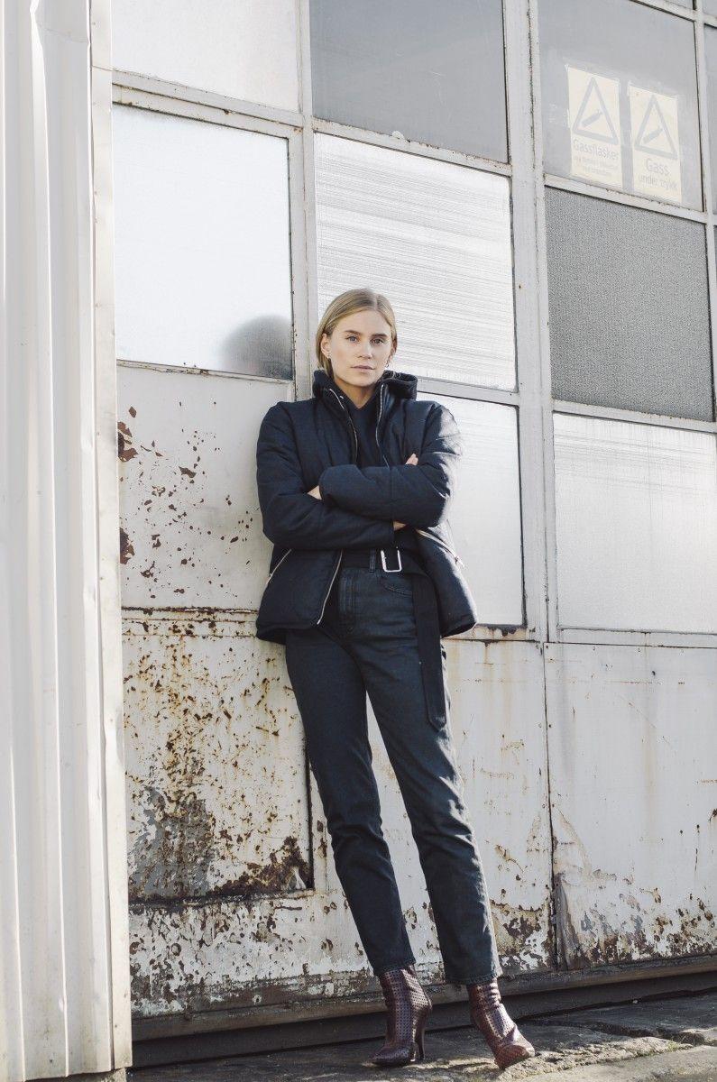 На фото: новый крутой лук на каждый день - черная куртка с черными брюками.
