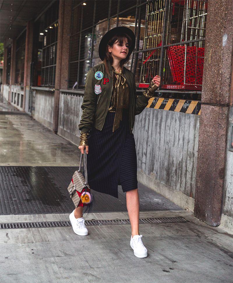 На фото: новый стильный образ - укороченная куртка с узкой юбкой.