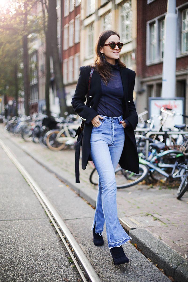 На фото: новый стильный и теплый образ - укороченное пальто с расклешенными джинсами.