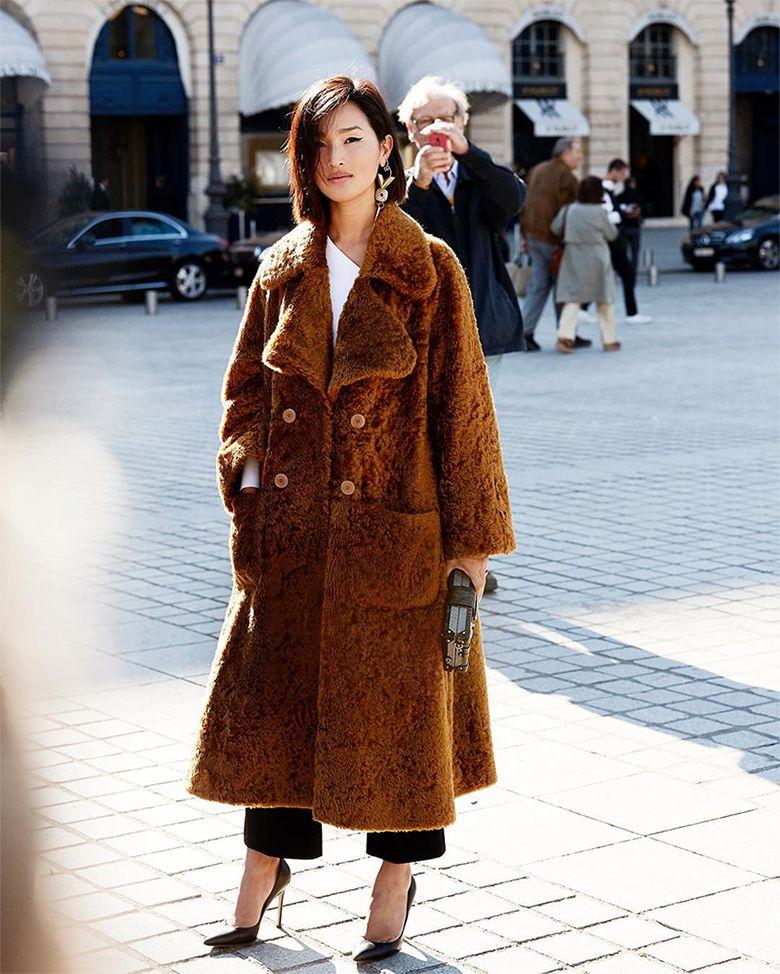 На фото: новый стильный и теплый образ - пальто с отложным воротником и накладными каманами с черными укороченными брюками.