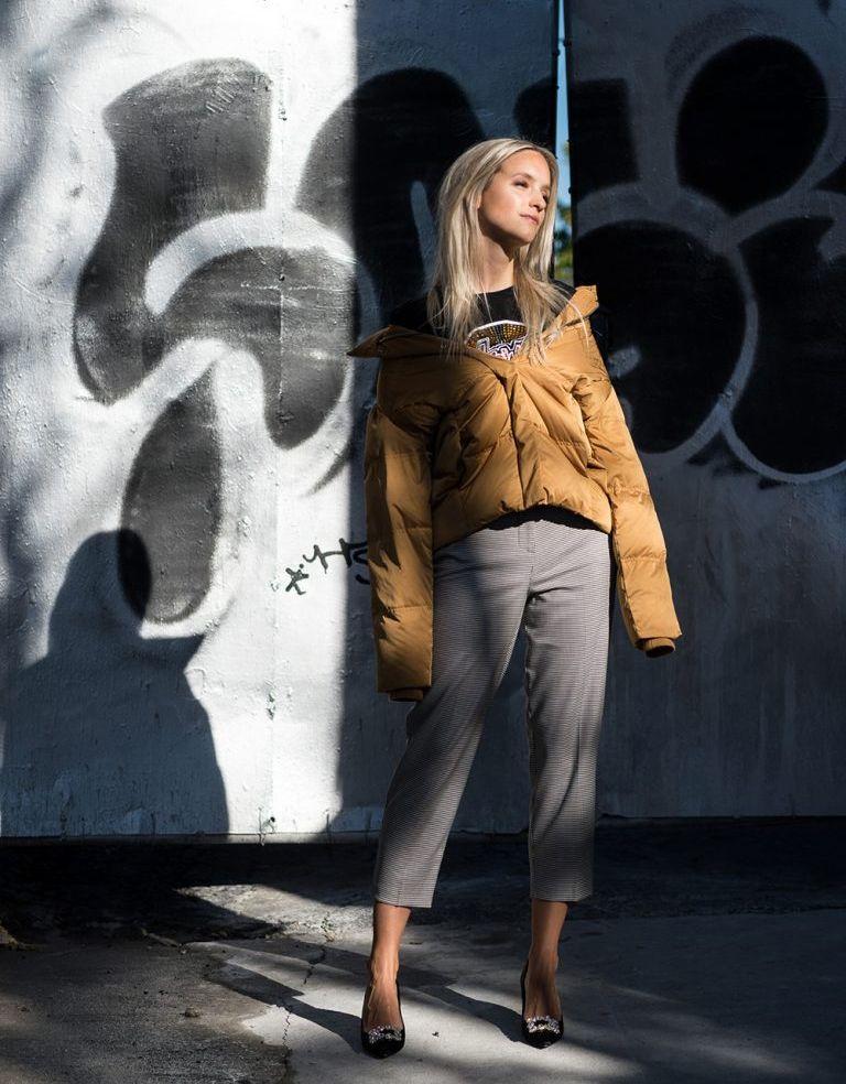 На фото: новый стильный образ - куртка с укороченными  брюками.