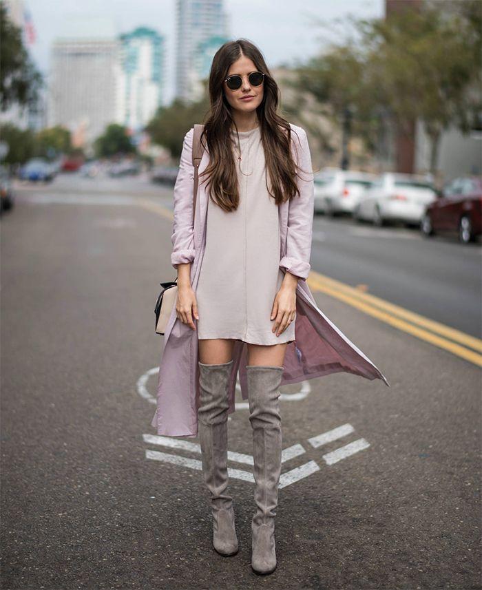 На фото: новый стильный образ - платье и пальто в розовых тонах с замшевыми сапогами ботфортами.