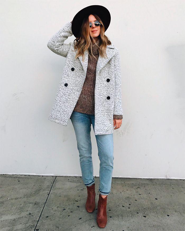 На фото: новый стильный и теплый образ - укороченное светлое пальто с узкими укороченными джмнсами и сапогамиэ