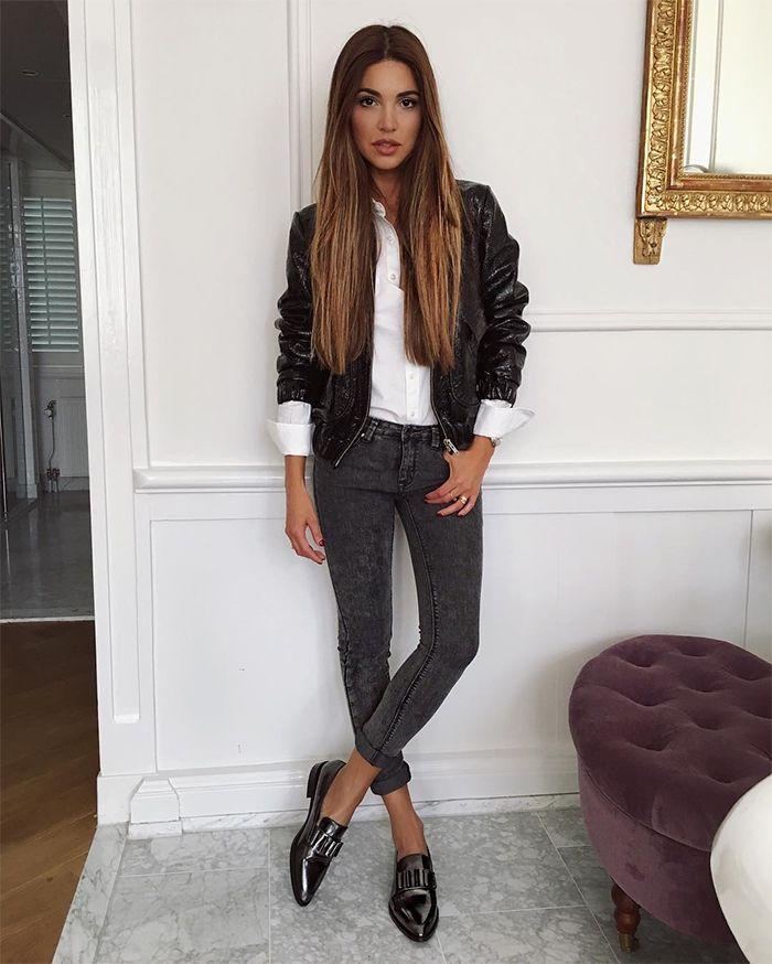 На фото: новый стильный образ - черная куртка с узкими брюками.