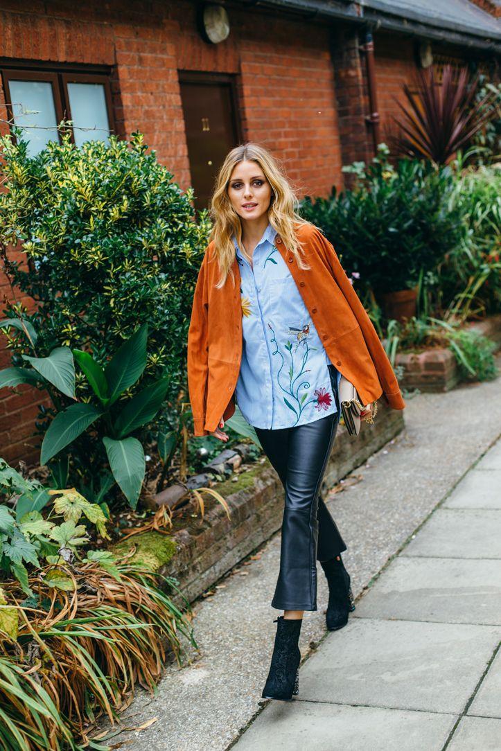 На фото: новый стильный образ - иоранжевая куртка с расклешенными  брюками.