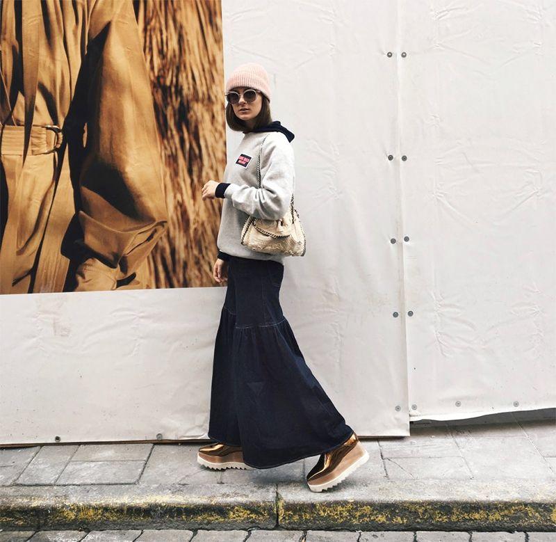 На фото: новый стильный образ - светлая короткая куртка с длинной юбкой.
