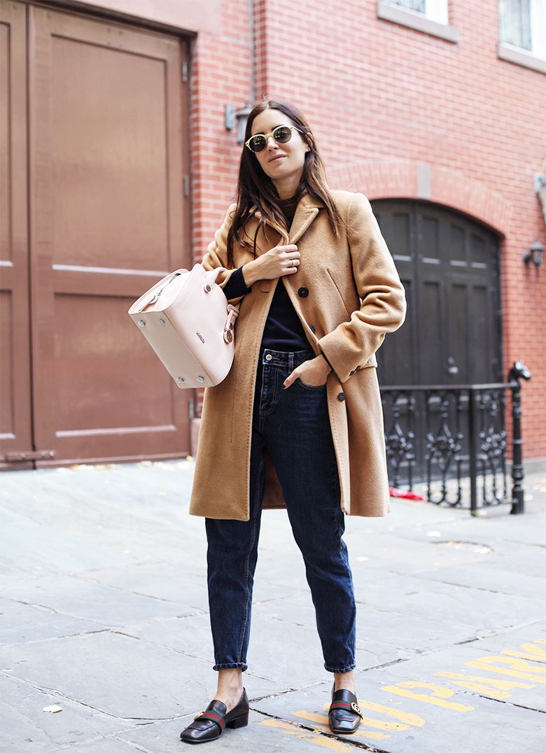 На фото: новый стильный и теплый образ - классическое пальто с укороченными джинсами.