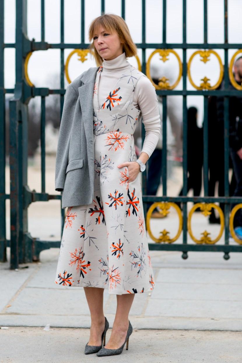 Тренды уличной моды: платье 2017 с принтом в сочетании с белой водолазкой