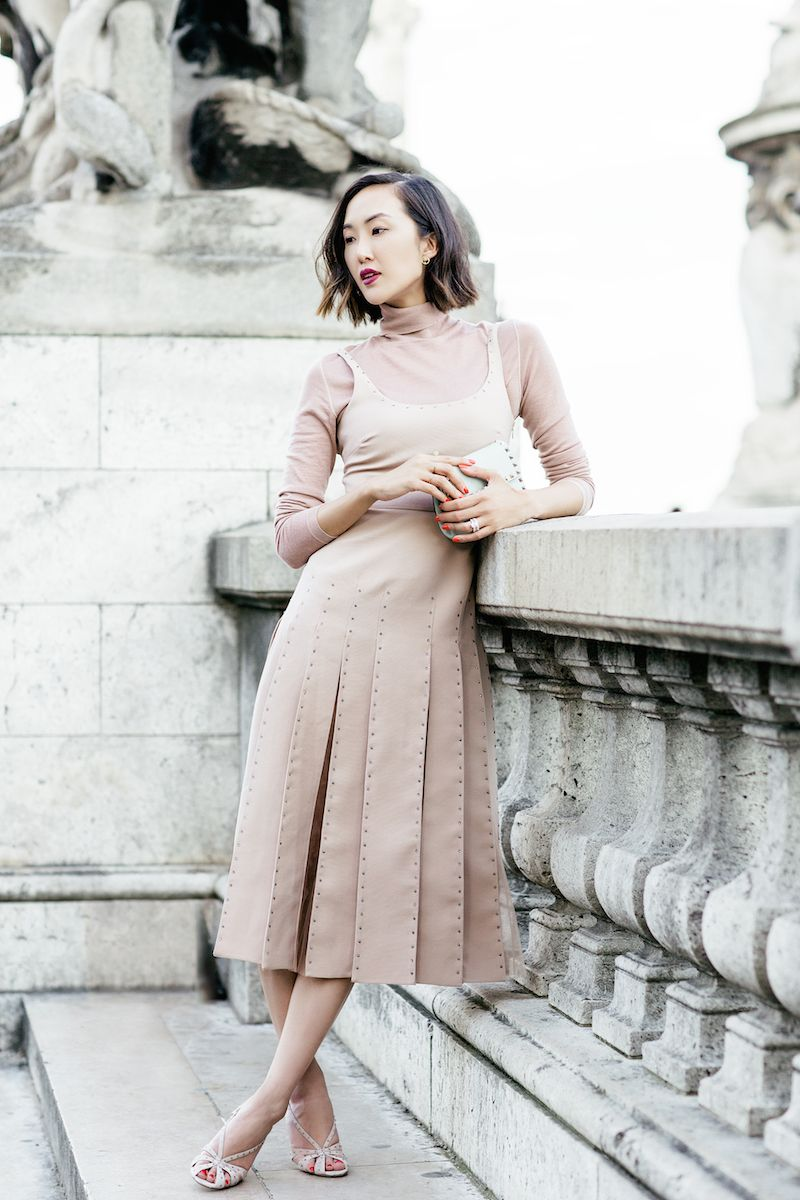 На фото: платье пастельно-розового цвета - самый модный цвет сезона.