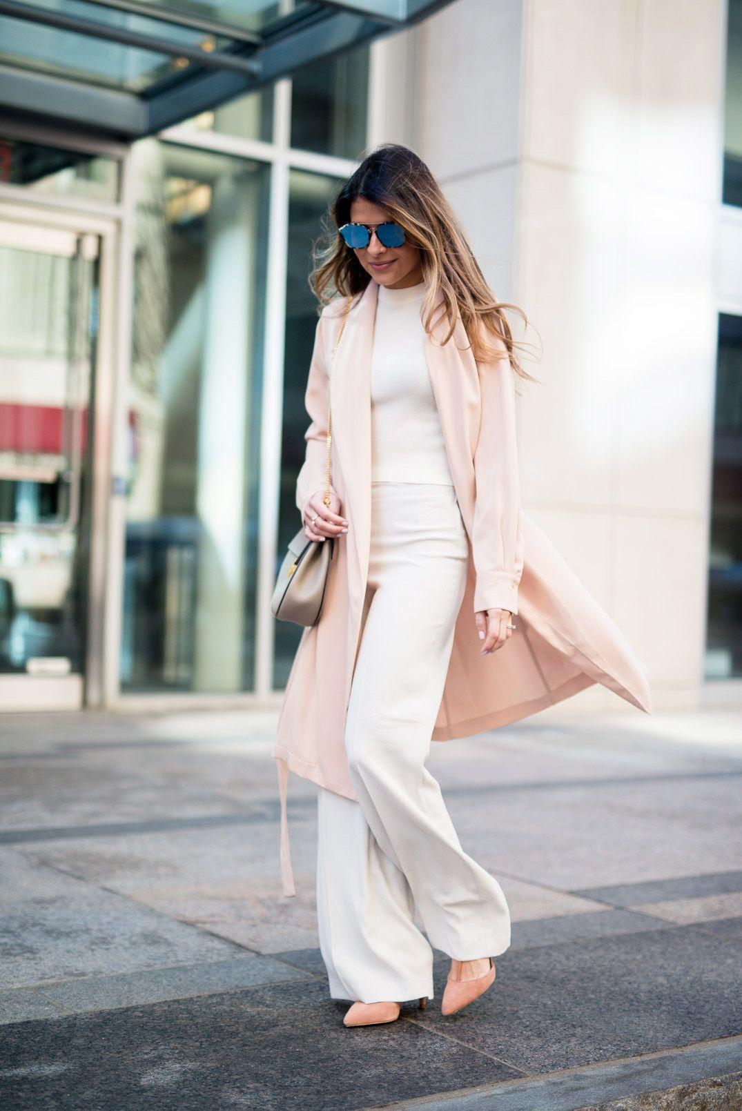 На фото: плащ пастельно-розового цвета - самый модный цвет сезона.