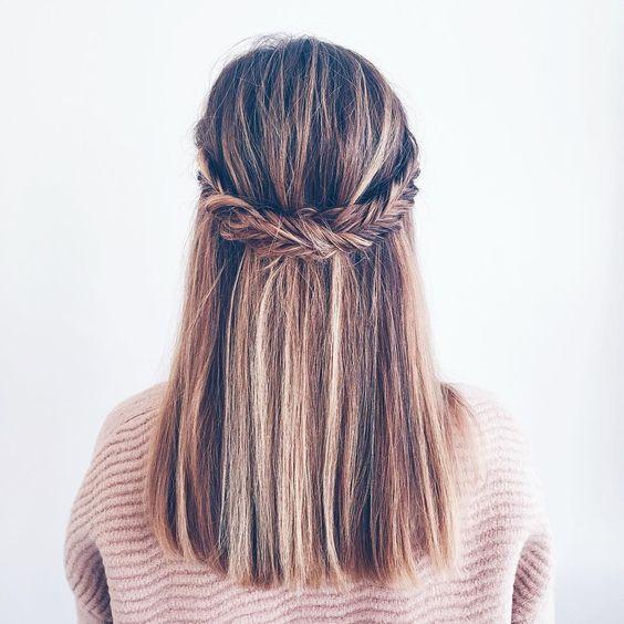 Интересная модная прическа 2017 с косой на волосах средней длины