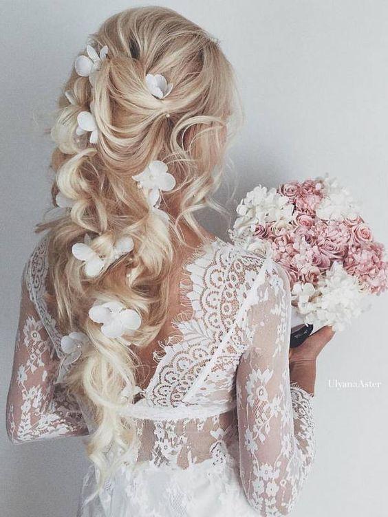 Свадебный вариант модной прически 2017 года с кудрями и белыми цветами