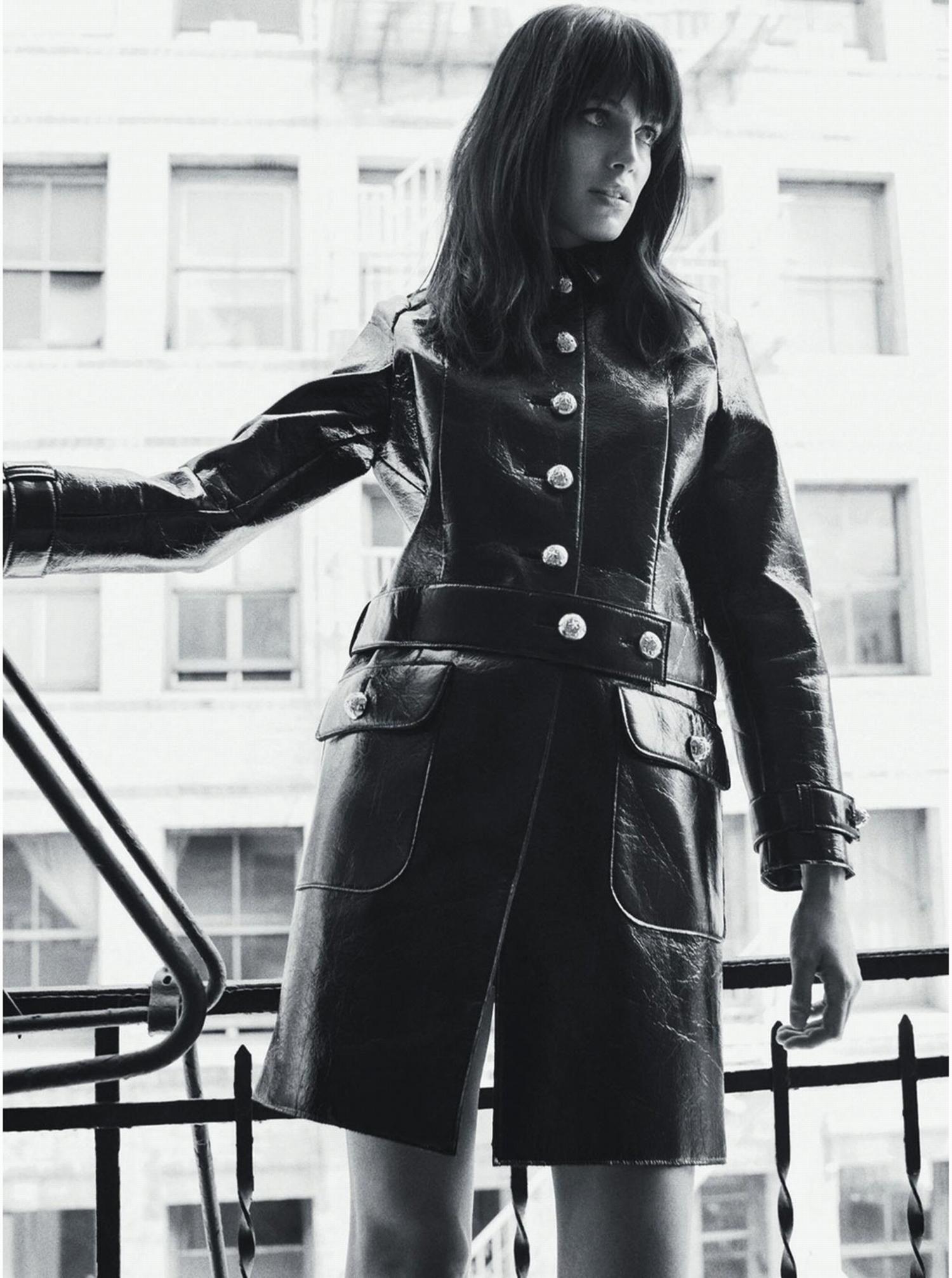 В стиле 70: черное кожаное пальто.