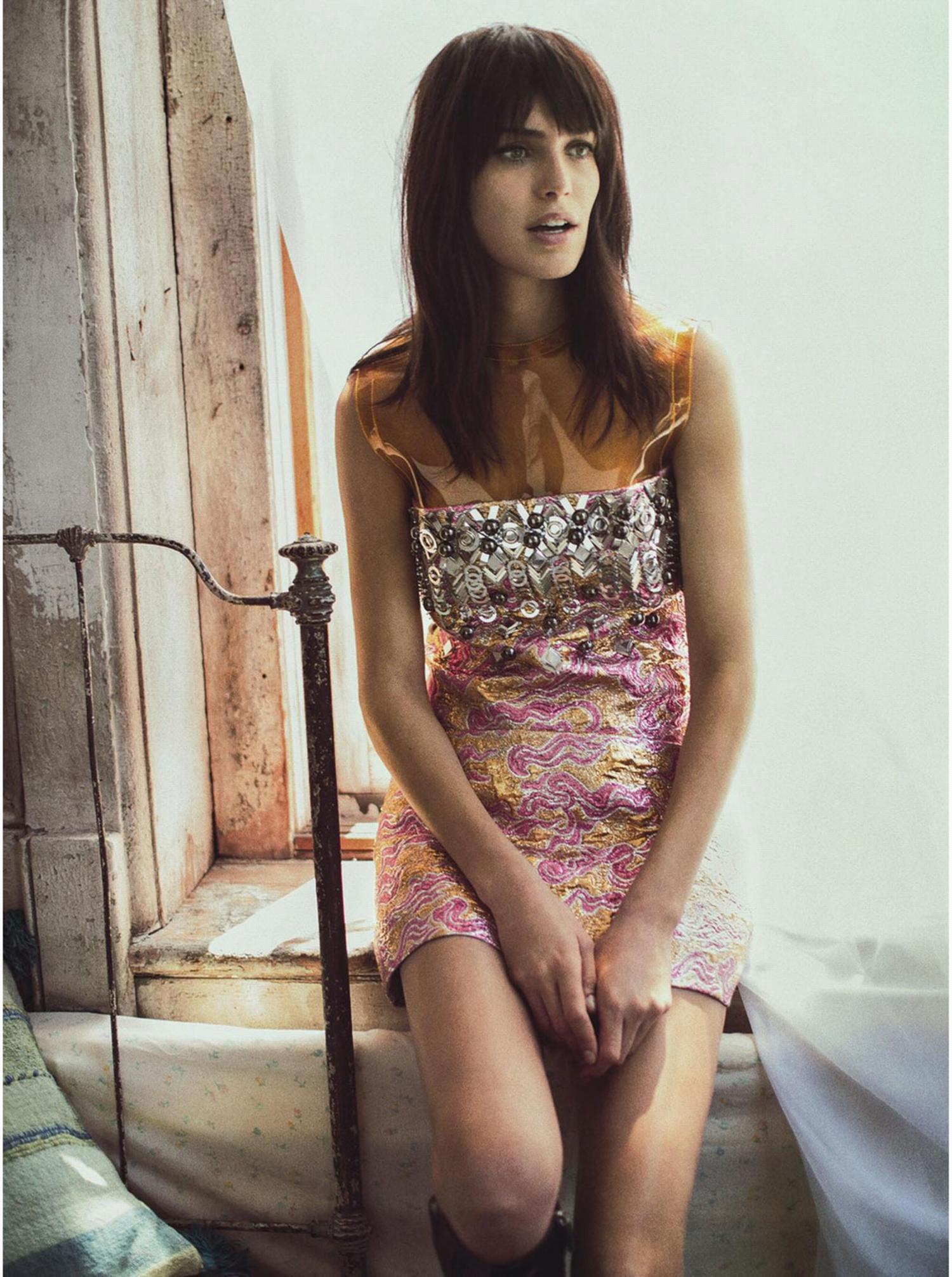 В стиле 70: короткая короткое летнее платье с принтом.