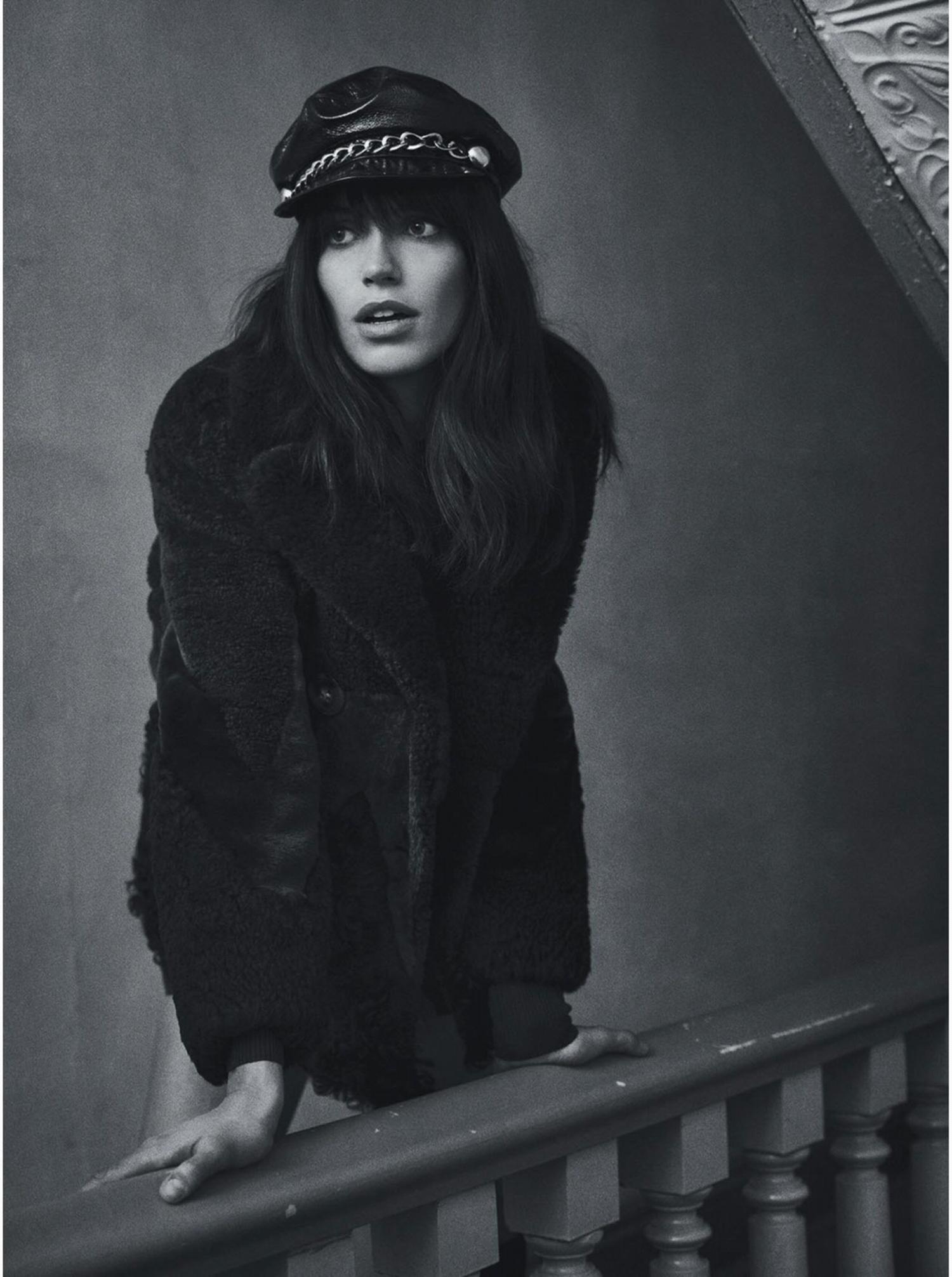 В стиле 70: черный полушубок с коротой юбкой.