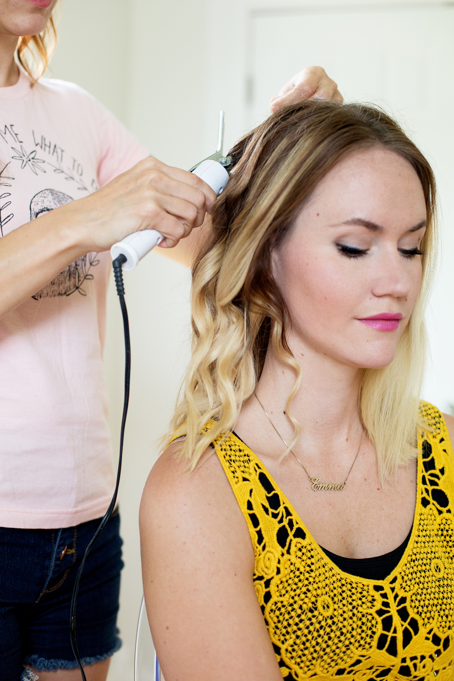 Причёска с распущенными средними волосами - и милые косички фото прически