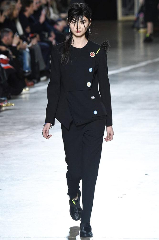 Черный модный кардиган 2017 в стиле гранж фото обзор коллекции Christopher-Kane.