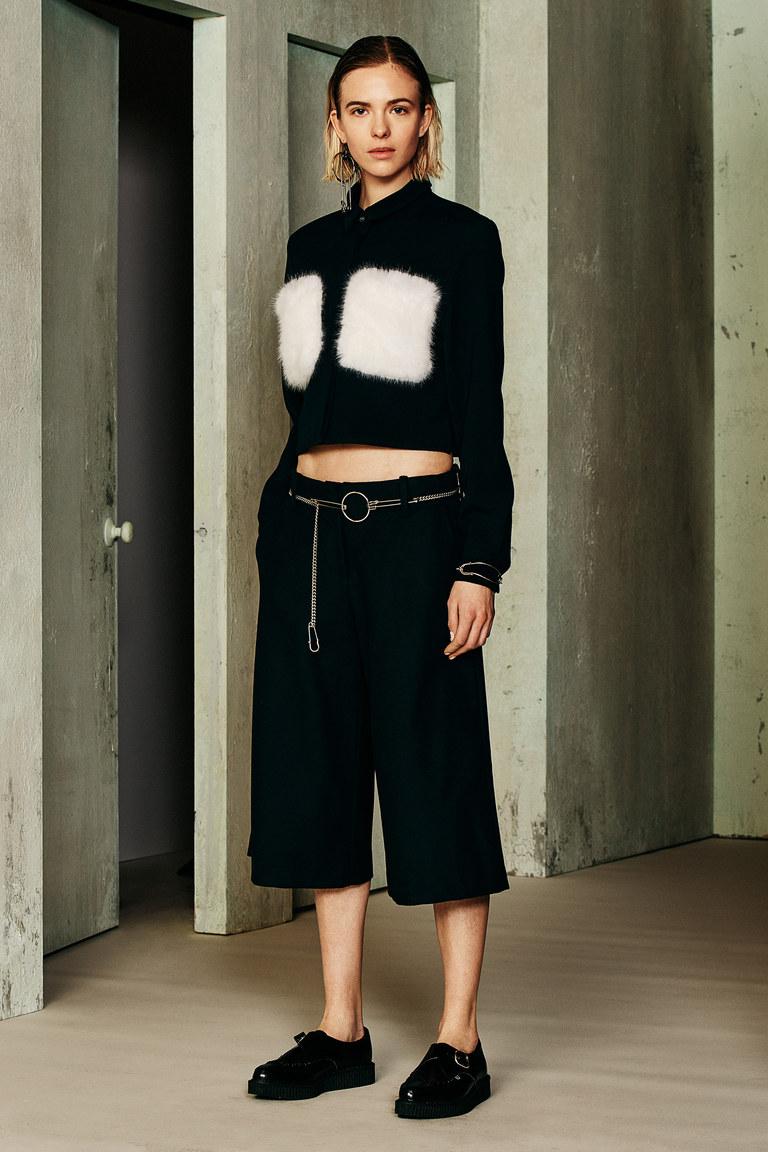 Черный с белыми меховыми вставками укороченный модный кардиган 2017 фото обзор коллекции Ji-Oh.