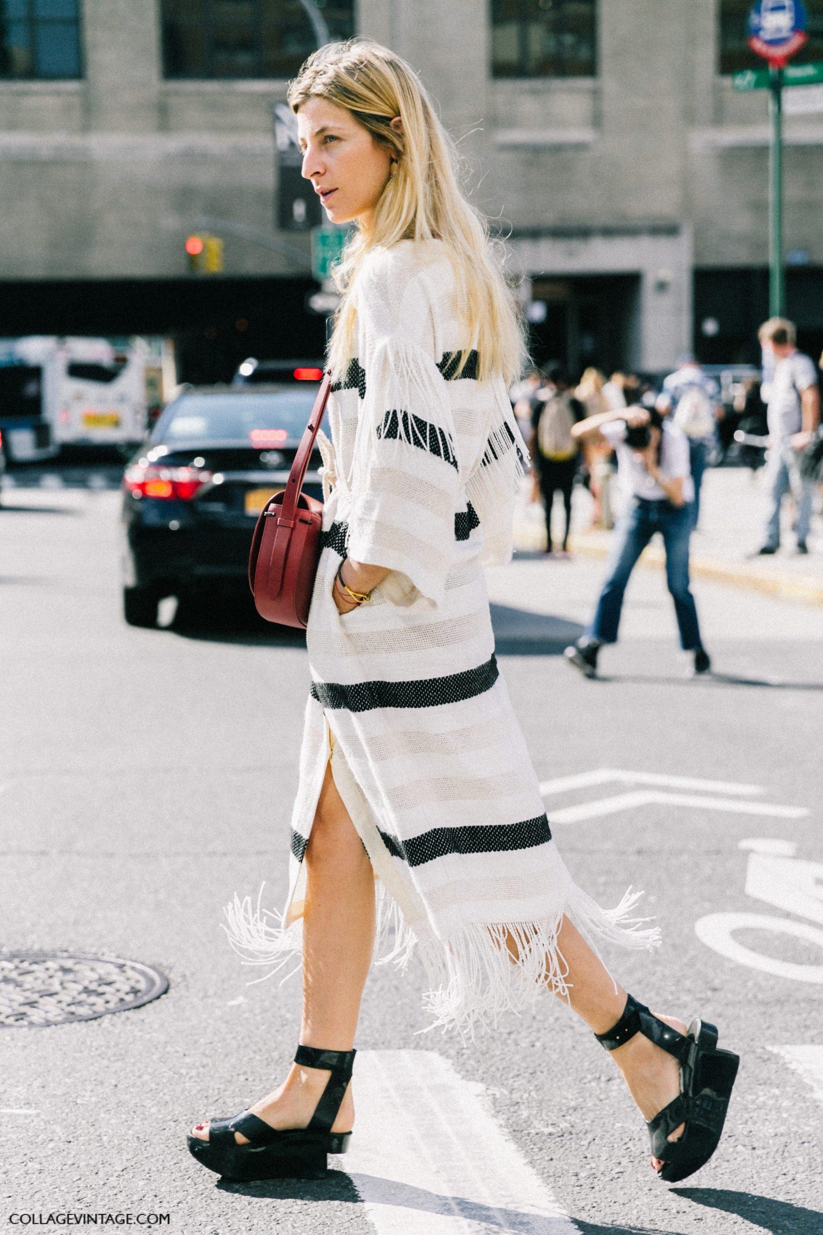 Мода 2017: длинное платье в полоску с разрезами