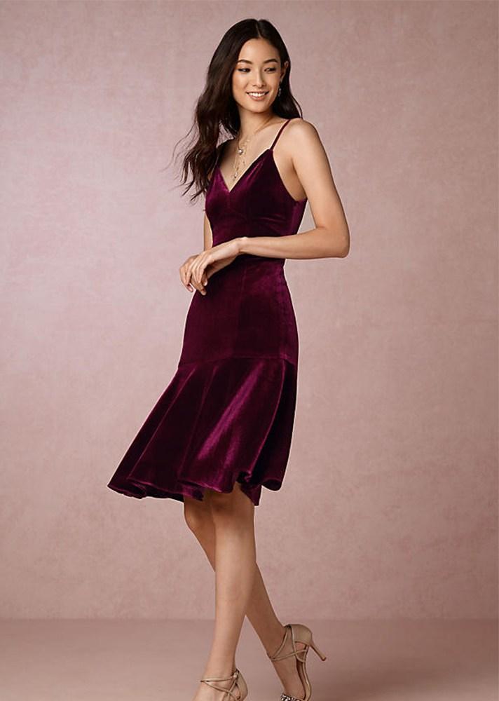 Бархатное платье бордового цвета на понких бретельках.