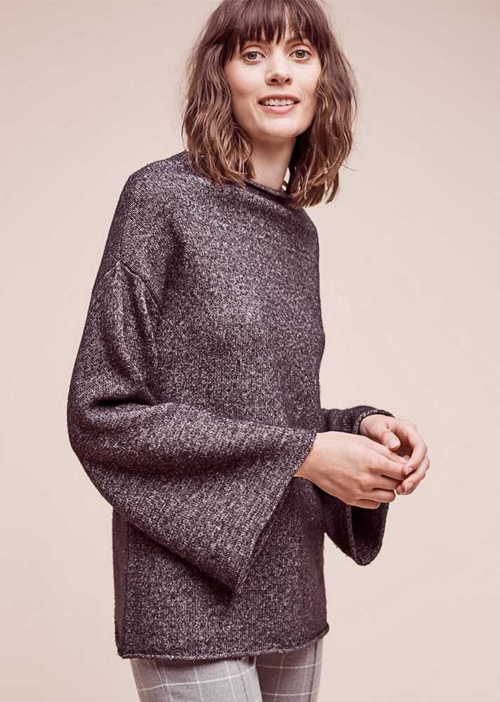 Вязаный свитер с расклешенными рукавами - фото модного образа