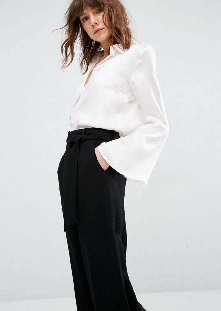 Белоснежная шёлковая рубашка с расклешёнными рукавами с модными брюками