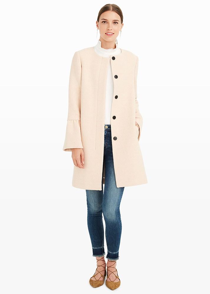 На фото: пальто с расклешёнными рукавами.