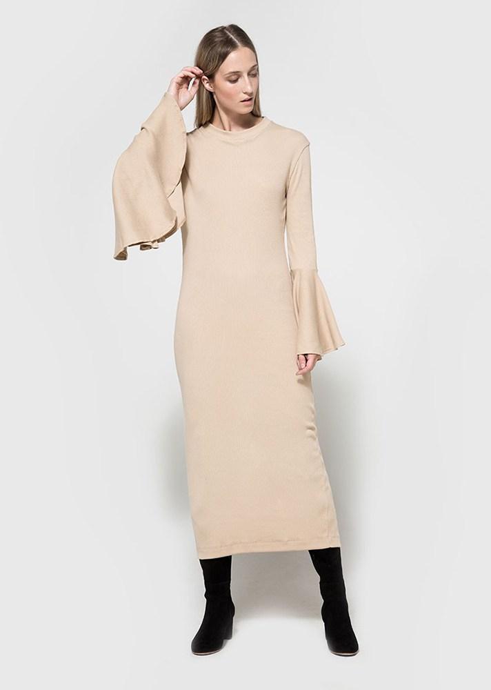 Платье с расклешенными рукавами в виде колокола