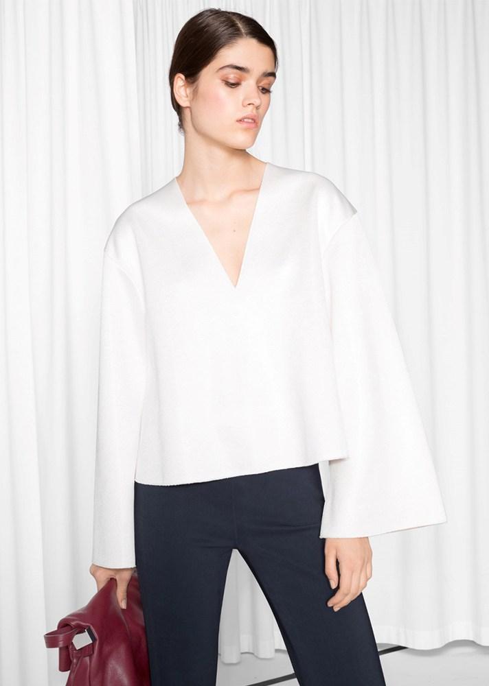 Белоснежная шёлковая рубашка с расклешёнными рукавами - тренд сезона.