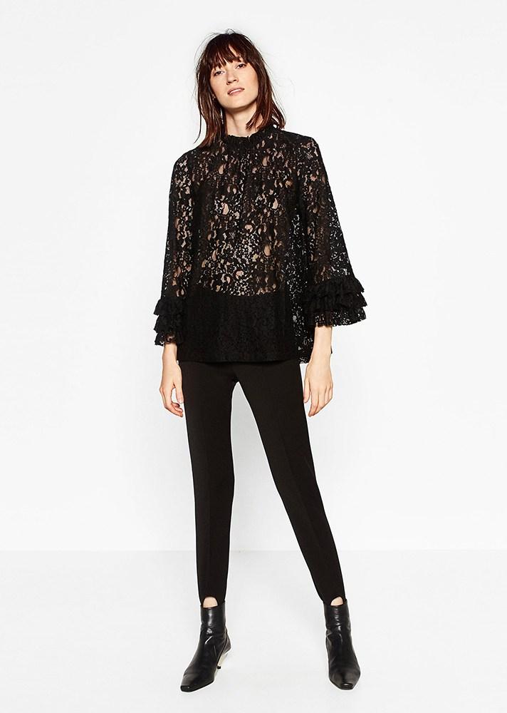 Черная блузка принтом с расклешенными рукавами с кружевами - тренд сезона.