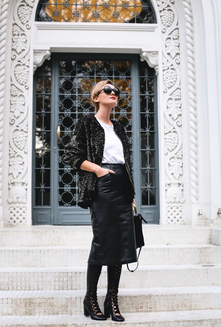 Черного цвета в сочетании с белой блузкой и блестящим кардиганом.