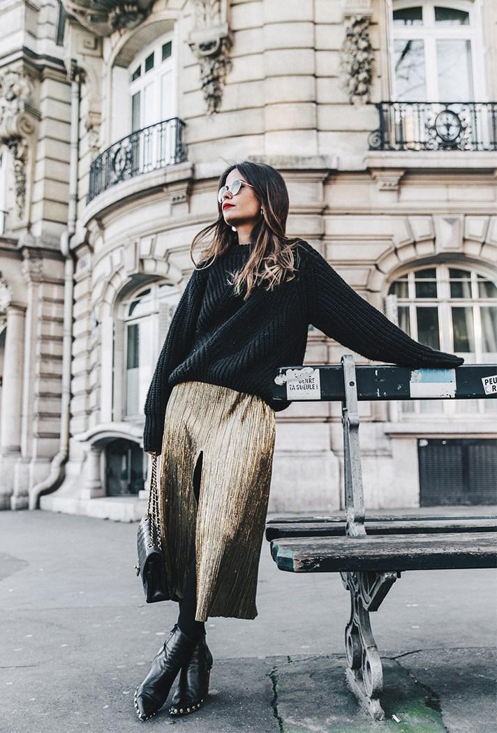 Золотистая парчовая юбка с черным удлинённым свитером грубой вязки.