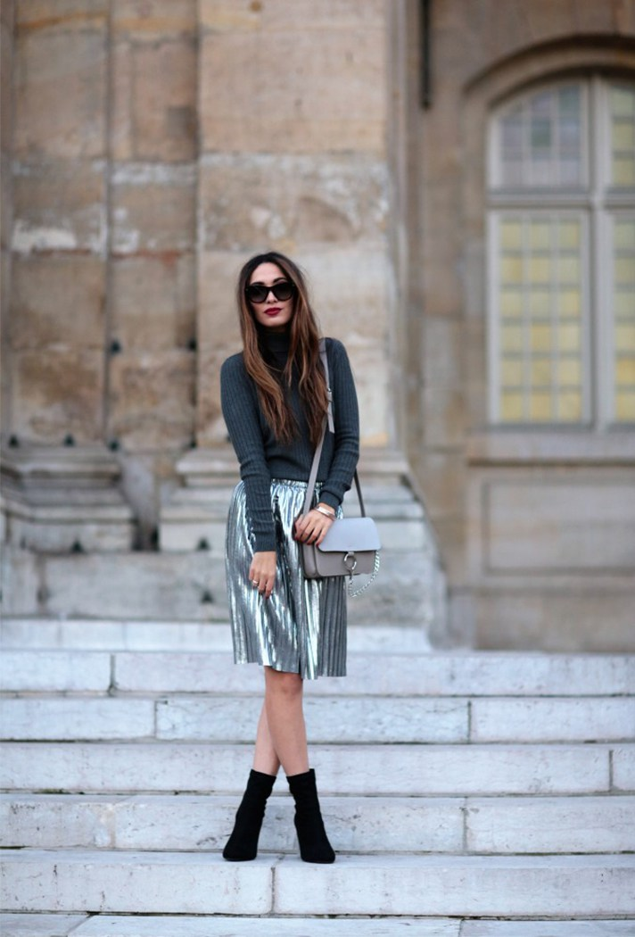 Серебристо серая юбка с темно серой водолазкой.