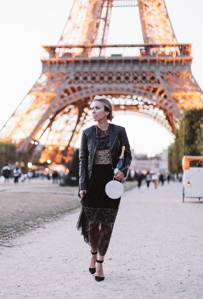 Кружевное бархатное платье с кожаной черной курткой.