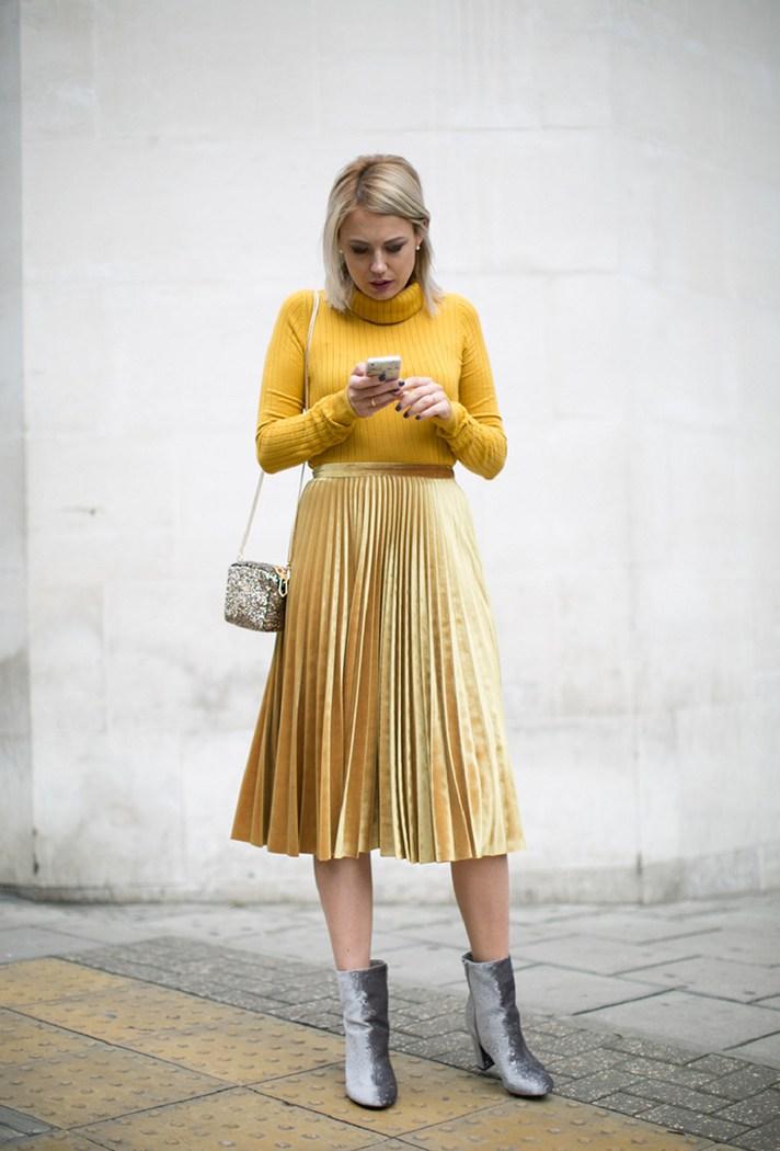 Золотисто желтая блестящая гофрированная юбка с ярко желтой водолазкой.