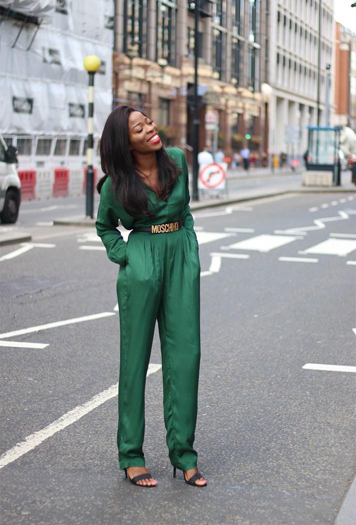 Ярко зеленого цвета комбинезон с ремнем.