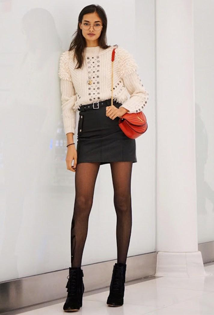 Черного цвета юбка в сочетании с белой кофтой.