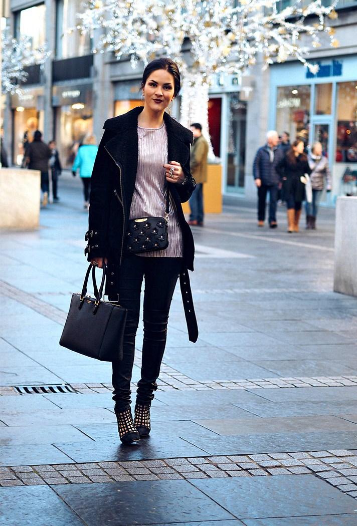 Черного цвета узкие брюки в сочетании с праздничной бархатной блузкой и черной курткой.
