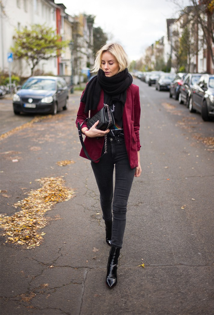 Черного цвета узкие брюки в сочетании с бордового цвета кардиганом.