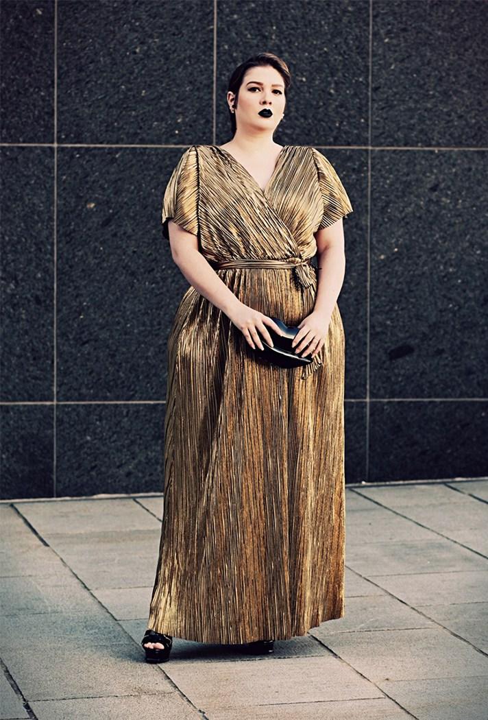 Золотистое блестящее платье в пол.