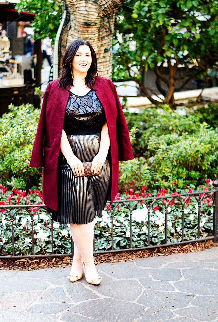 Блестящая праздничная юбка в сочетании с блузкой с принтои и кардиганом.