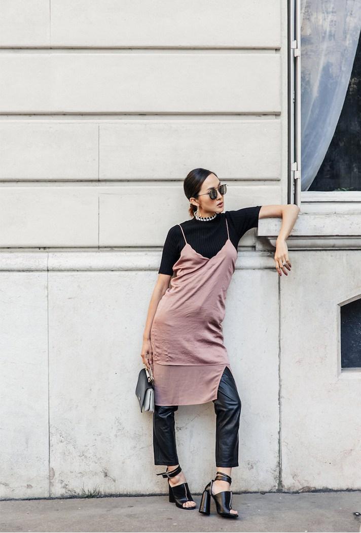 Чёрный трикотажный топ с чёрными кожаными брюками смягчит тонкое платье на бретелях припылено-розового цвета