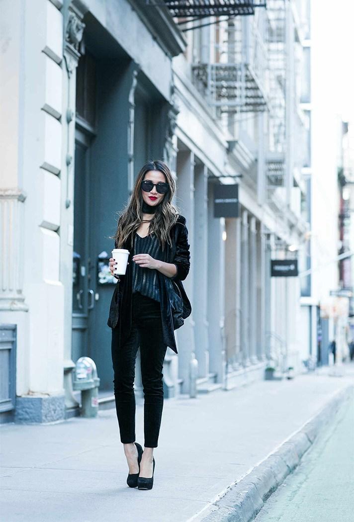 Черного цвета брюки свсочетании с блестящей праздничной черной блузкой и кардиганом.