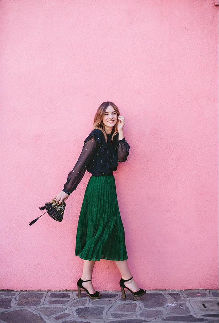 Ярко зеленого цвета гофрированная юбка св сочетании с праздничной блузкой.