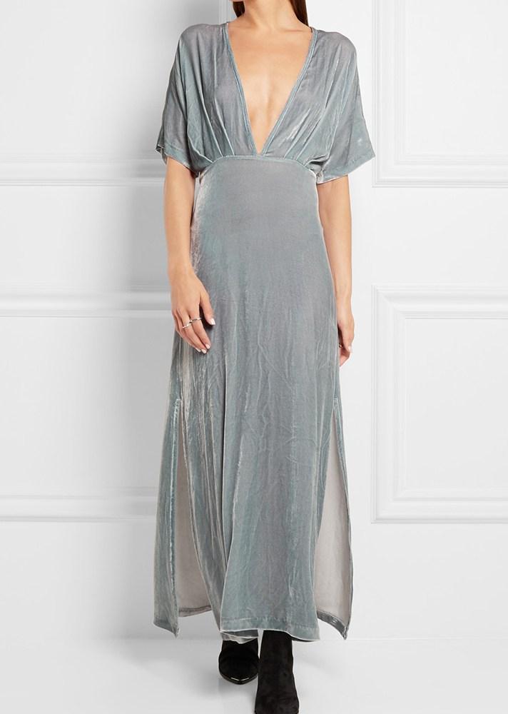 Длинное бархатное платье серого цвета.